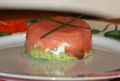 Petite timbale de saumon fumé et chèvre frais en robe verte