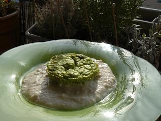 Petits flans de brocolis, crème de céleri aux noix