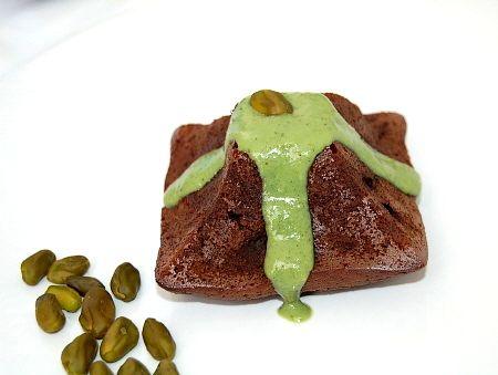 Fondant au chocolat , éclats de pistache et sa crème anglaise